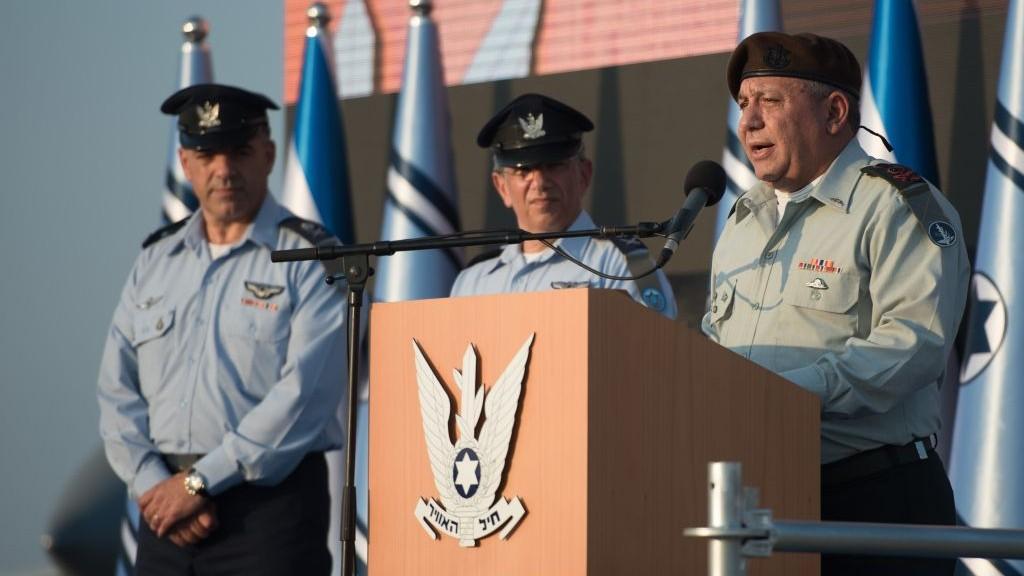 Le chef d'état-major de l'armée israélienne, Gadi Eizenkot, à gauche, aux côtés du nouveau chef de l'armée de l'air israélienne, le général de division Amikam Norkin et de son prédécesseur, le général de division Amir Eshel, pendant une cérémonie sur la base aérienne Tel Nof, le 14 août 2017. (Crédit : unité des porte-paroles de l'armée israélienne)