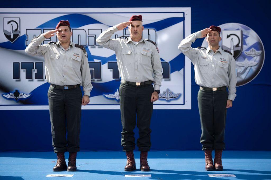 De gauche à droite : le colonel David Zini, le général Uri Gordin et le colonel Avi Blot saluent lors d'une cérémonie instaurant Blot à la tête de la Brigade Commando de l'armée le 17 août 2017, (Crédit : Autorisation de Tsahal)