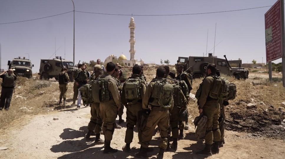Les soldats de l'armée israélienne à l'extérieur du village de Yatta, près de Hebron, en Cisjordanie, le 3 août 2017 (Crédit : Unité des porte-parole de l'armée israélienne)