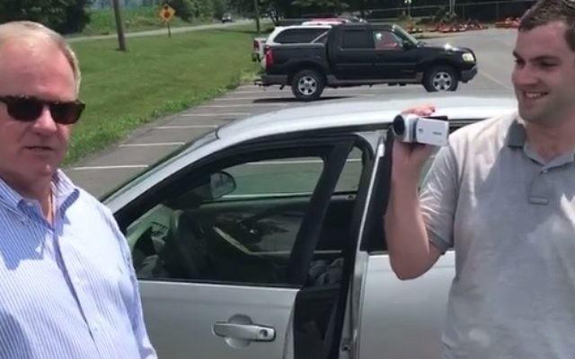 Scott Wagner, à gauche, et un pisteur, le 19 août 2017. (Crédit : capture d'écran Facebook)