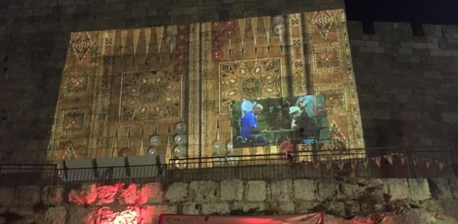 La finale du Championnat de backgammon de Jérusalem, projeté sur les murs de la Vieille Ville. (Crédit : Times of Israel)