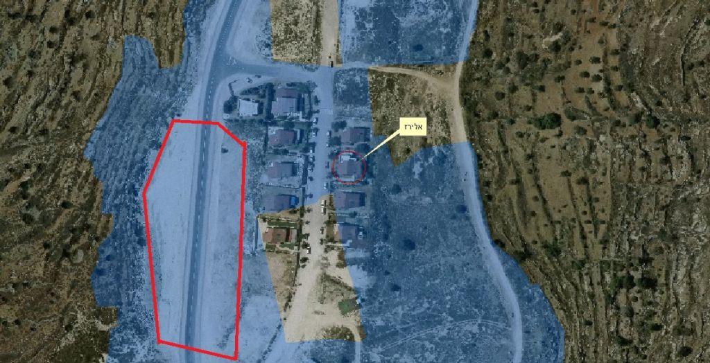 Une photo aérienne de l'avant-poste de Hayovel. Les zones en bleu ont été déclarées terrains publics par l'Administration civile en 2011, même si les maisons construites sur les lieux n'ont pas été pleinement autorisées. La zone en rouge est le lieu approximatif du site de construction. Le conseiller du ministère de la Défense Kobi Eliraz vit dans l'habitation marquée en jaune. (Crédit : Dror Etkes)