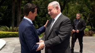 Le Premier ministre Benjamin Netanyahu, à droite, et le président mexicain Enrique Peña Nieto à Mexico, le 14 septembre 2017. (Crédit : Avi Ohayun/GPO)