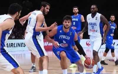 L'équipe italienne de basketball face à Israël, à Tel Aviv, en septembre 2017. (Crédit : AFP)