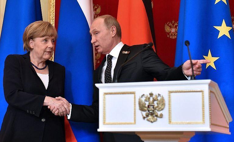 Le président russe Vladimir Poutine, à droite, montre le chemin à suivre alors que les deux politiciens quittent une salle après une conférence de presse conjointe organisée au Kremlin, à Moscou, le 10 mai 2015 (Crédit : AFP PHOTO / KIRILL KUDRYAVTSEV)