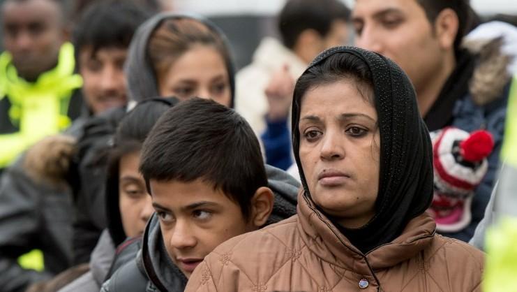 Des demandeurs d'asile musulmans attendent leur enregistrement à leur arrivée dans un centre de réfugiés de Gessen, en Allemagne, le 2 décembre 2015 (Crédit :AFP/DPA/Boris Roessler)