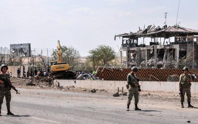 Illustration : Des soldats turcs montent la garde sur le site d'une explosion à la voiture piégée attribuée aux rebelles du parti des travailleurs du Kurdistan (PKK) à Diyardakir, le 15 août 2016. (Crédit : Ilyas Akengin/AFP)