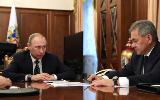 Le président russe Vladimir Poutine, à gauche, avec son ministre de la Défense, Sergueï Choïgou, au Kremlin, à Moscou, le 29 décembre 2016. (Crédit : Michael Klimentyev/Sputnik/AFP)