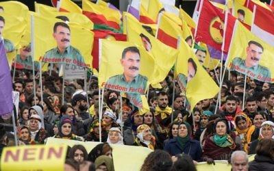 """Des manifestants kurdes manifestent avec des panneaux disant """"Non à la dictature"""" et le portrait du chef du parti des travailleurs du Kurdistan, le PKK,  Abdullah Ocalan, au centre ville de Francfort, à l'ouest de l'Allemagne, le 18 mars 2017 (Crédit : AFP Photo/dpa/Boris Roessler)"""