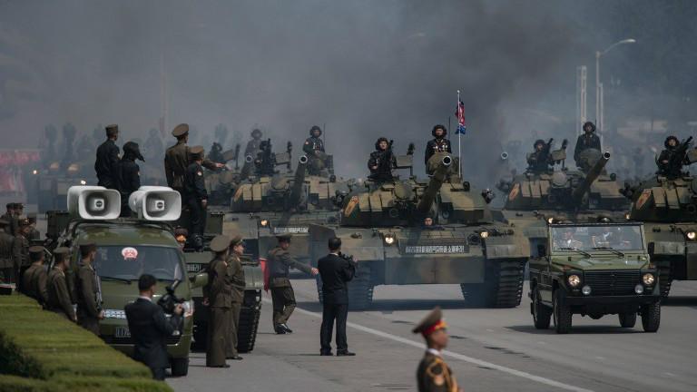 L'armée populaire coréenne durant une parade militaire lors du 105ème anniversaire de feu le leader nord-coréen Kim Il-Sung, à Pyongyang, le 15 avril 2017 (Crédit : Ed Jones/AFP)
