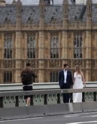 Une barrière de sécurité entre la chaussée et le trottoir sur Westminster Bridge, après les attentats, le 5 juin 2017. (Crédit : Justin Tallis/AFP)