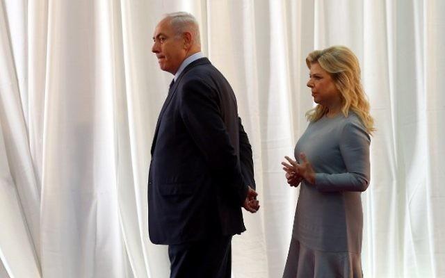 Le Premier ministre Benjamin Netanyahu et son épouse Sara attendent l'arrivée du Premier ministre éthiopien et de son épouse avant une cérémonie de bienvenue organisée au bureau du Premier ministre de Jérusalem, le 6 juin 2017 (Crédit : Gali Tibbon/AFP)