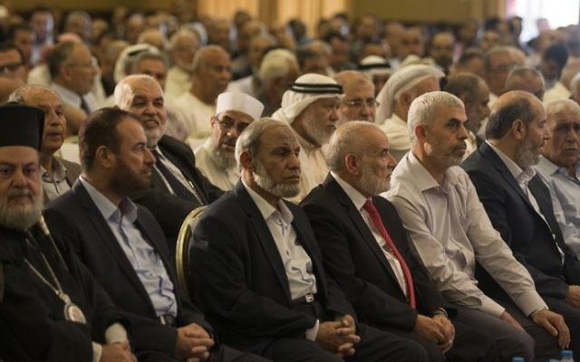 Yahya Sinwar, troisième à droite, le nouveau leader du groupe terroriste du Hamas dans la bande de Gaza, assis avec d'autres chefs du Hamas qui écoutent un discours du dirigeant du bureau politique du Hamas Ismail Haniyeh dans la ville de Gaza, le 5 juillet 2017 (Crédit : Mahmud Hams/AFP PHOTOS)