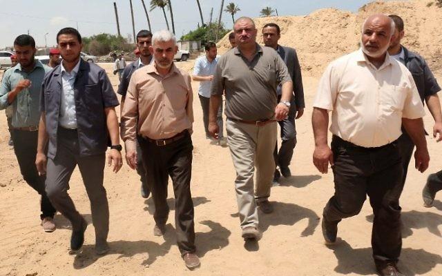 Le chef du groupe terroriste du Hamas à Gaza Yahya Sinwar, au centre, à gauche, visite la frontière avec l'Egypte dans la ville de Rafah, au sud de la bande de Gaza, le 6 juillet 2017 (Crédit : AFP Photo/Said Khatib)