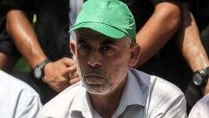 Le chef du groupe terroriste du Hamas à Gaza Yahya Sinwar lors d'une rencontre dans la ville de Khan Yunis, dans le sud de Gaza, le 22 juillet 2017 (Crédit : Said Khatib/AFP PHOTO)