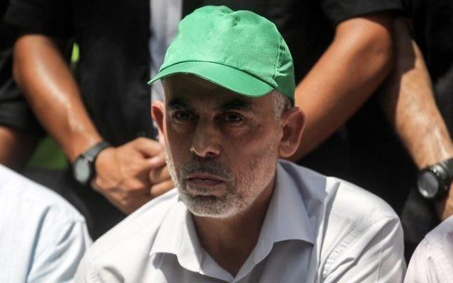 Le chef du groupe terroriste du Hamas à Gaza Yahya Sinwar lors d'une rencontre dans la ville de Khan Yunis, dans le sud de Gaza, le 22 juillet 2017 (Crédit : Said Khatib/AFP)