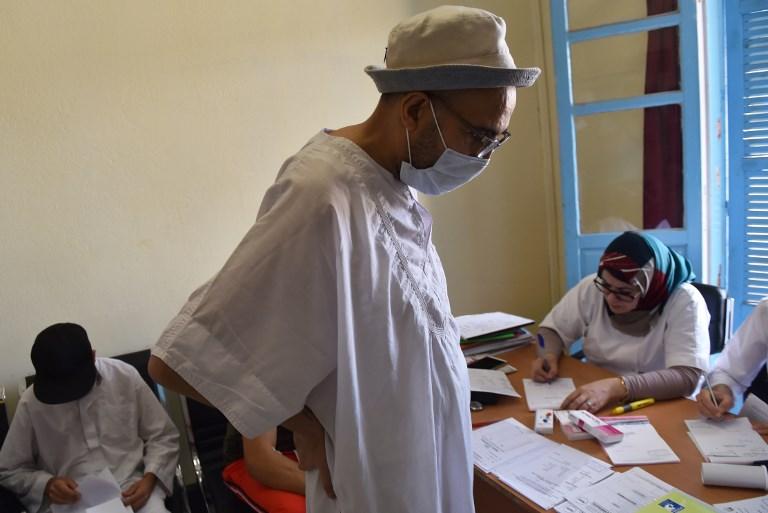 Un patient algérien qui a bénéficié d'une greffe de rein à  l'hôpital universitaire de Batna, le 26 juillet 2017. (Crédit : Ryad Kramdi/AFP)