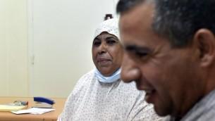 Aicha, 62 ans, a reçu un rein donné par son fils, à droite, à  l'hôpital universitaire de Batna, le 26 juillet 2017. (Crédit : Ryad Kramdi/AFP)