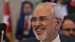 Mohammad Javad Zarif, ministre iranien des Affaires étrangères, pendant une réunion de l'Organisation de la coopération islamique à Istanbul, le 1er août 2017. (Crédit : Ozan Kose/AFP)