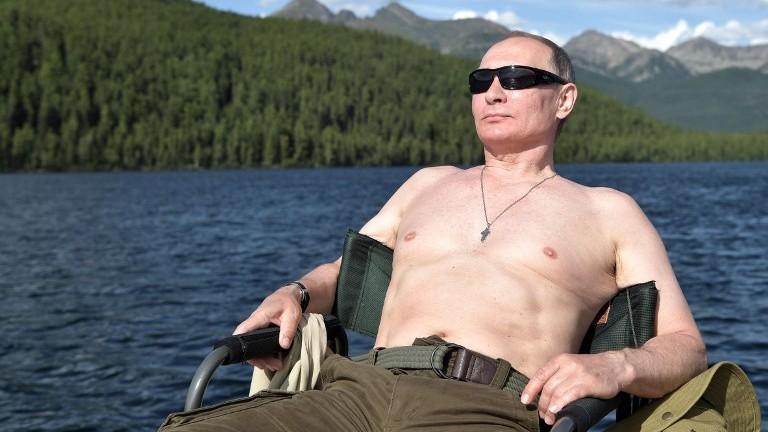 Le président russe Vladimir Poutine prend un bain de soleil durant ses vacances dans la région reculée de Tuva, dans le sud de la Sibérie. Photo prise entre le 1er et le 3 août 2017 (Crédit : AFP Photo/Sputnik/Alexey Nikolsky)