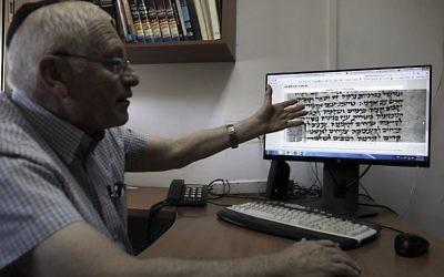 Gabriel Birnbaum, chercheur au Historical Dictionary Project de l'Académie israélienne de la langue hébraïque à Jérusalem, le 23 août 2017 (Crédit : AFP / MENAHEM KAHANA)