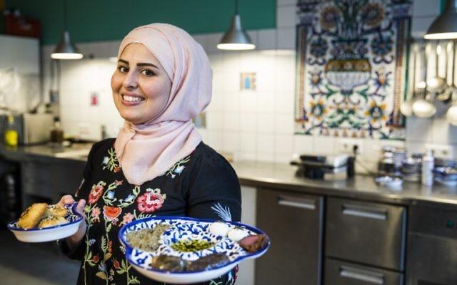 Malakeh Jazmati dans sa cuisine à Berlin, en Allemagne, le 28 août 2017 (Crédit : AFP PHOTO / Odds ANDERSEN)