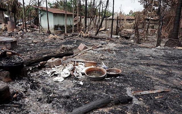 Des plats cassés dans ce qui reste d'une maison incendiée du village de Myo Thu Gyi à proximité de Maungdaw, dans l'état de Rakhine State, au Myanmar, le 31 août 2017 (Crédit : Stringer/AFP)