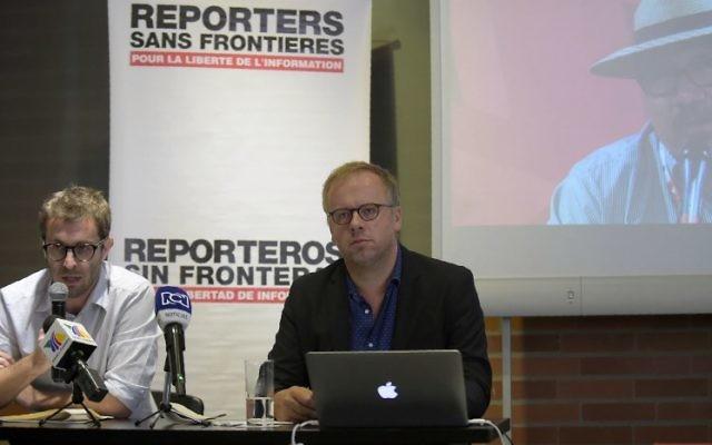 Christophe Deloire, à droite, directeur de Reporters Sans Frontières, avec le directeur pour l'Amérique latine de l'ONG, Emmanuel Colombié, pendant une conférence de presse à Bogota, le 1er septembre 2017. (Crédit : Raul Arboleda/AFP)