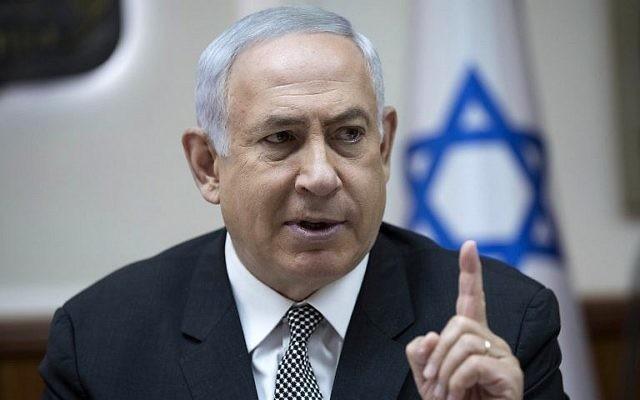 Le Premier ministre Benjamin Netanyahu pendant la réunion hebdomadaire du cabinet dans ses bureaux, à Jérusalem, le 3 septembre 2017. (Crédit : Abir Sultan/Pool/AFP)