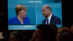 Débat télévisé entre la chancelière allemande et leader de l'Union des démocrates chrétiens (CDU) Angela Merkel et Martin Schulz, chef du parti social démocrate, candidat au poste de chancelier dans un studio de télévision de Berlin, le 3 septembre 2017. (Crédit :  John MacDougall/AFP)