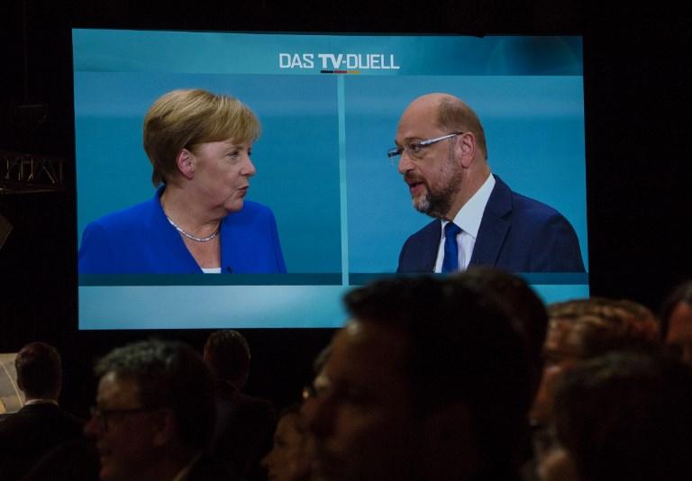 Les journalistes regardent un débat télévisé entre la chancelière allemande et leader de l'Union des démocrates chrétiens (CDU) Angela Merkel et Martin Schulz, chef du parti social démocrate, et candidat au poste de chancelier dans un studio de télévision de Berlin, le 3 septembre 2017 (Crédit : AFP PHOTO / John MACDOUGALL)
