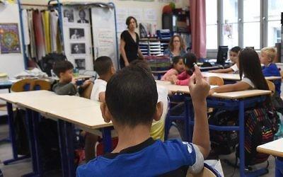 Les élèves assis dans leur classe à l'école primaire  Francois Masson au premier jour de la rentrée solaire le 4 septembre 2017 à Marseille, dans le sud de la France (Crédit : Boris Horvat/AFP)