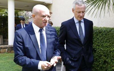 Bruno Le Maire (d) ministre de l'Economie discute avec Daniel Zajfman president de l'institut des sciences Weizmann  le 4 septembre (Crédit: AFP PHOTO / JACK GUEZ)