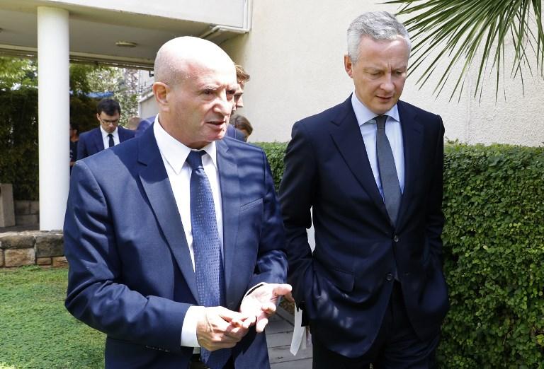 Bruno Le Maire (d), ministre de l'Economie, discute avec Daniel Zajfman president de l'institut des sciences Weizmann le 4 septembre (Crédit : AFP/ JACK GUEZ)