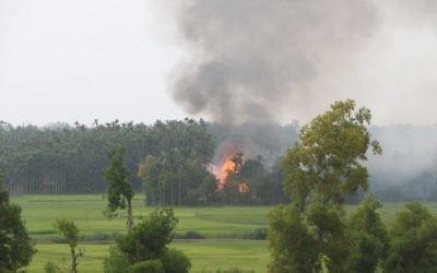 Incendie dans un village du sud de la région de Maungdaw, dans l'état de Rakhine de la Birmanie, le 4 septembre 2017. (Crédit : STR/AFP)