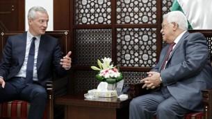 Bruno Le Maire, ministre français de l'Economie, et le président de l'Autorité palestinienne Mahmud Abbas à Ramallah, le 4 septembre 2017. (Crédit : Thomas Coex/AFP)