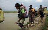 Les réfugiés  Rohingya déplacés depuis l'état de Rakhine au Myanmar marchent à proximité d' Ukhia, à la frontière entre le Bangladesh et  Myanmar, alors qu'ils fuient les violences le 4 septembre 2017 (Crédit :  K.M. Asad/AFP)