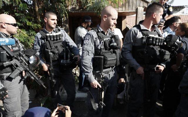 Expulsion de la famille palestinienne Shamasneh à Jérusalem Est, le 5 septembre 2017. (Crédit : Ahmad Gharabli/AFP)