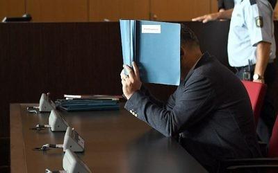Roque M. devant le tribunal au début de son procès, à Düsseldorf, en Allemagne, le 5 septembre 2017. (Crédit : Christoph Zeiher/dpa/AFP)
