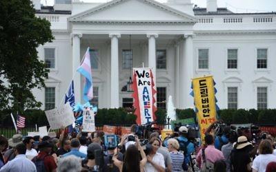 Des immigrants et des militants manifestent devant la Maison Rouge contre l'annulation du statut DACA, le 5 septembre 2017 à Washington DC. (Crédit : AFP/Eric BARADAT)