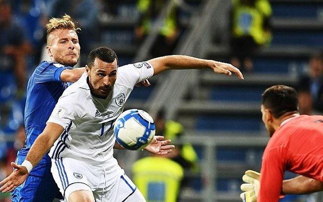 Le défenseur israélien Shir Tzedek, à droite et l'attaquant italien Ciro Immobile, à gauche, pendant un match de qualification pour les phases finales de la Coupe du Monde 2018, à Reggio Emilia, le 5 septembre 2017. (Crédit : Vincenzo Pinot/AFP)