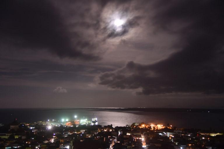 Vue aérienne de nuit de la ville de Cap-Haitien au nord d'Haïti, à 240 km de Port-au-Prince, avant l'arrivée de l'ouragan Irma, le 5 septembre 2017 (Crédit : Hector Retamal/AFP)
