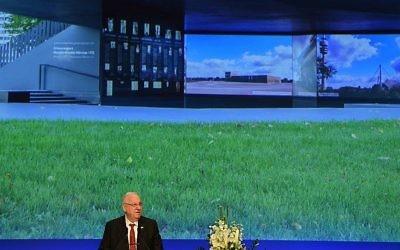 Le président Reuven Rivlin pendant l'inauguration du mémorial dédié aux onze athlètes israéliens tués dans l'attentat des JO de Munich de 1972, à Munich, le 6 septembre 2017. (Crédit : Christof Stache/AFP)