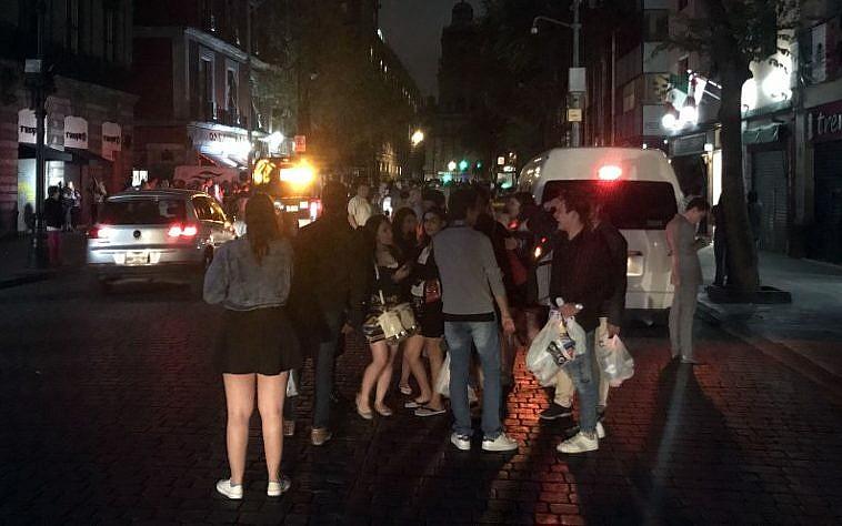 Les gens se rassemblant dans une rue du centre-ville de Mexico lors d'un tremblement de terre, le 7 septembre 2017 (Crédit : AFP PHOTO / ALFREDO ESTRELLA)