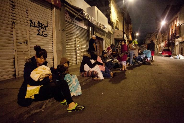 Les gens se réfugient dans les rues de Mexico City durant le tremblement de terre qui a secoué le pays le 7 septembre 2017. (Crédit : PEDRO PARDO / AFP)