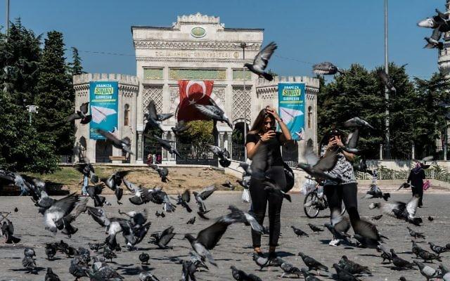 L'entrée de l'université d'Istanbul, le 9 septembre 2017. (Crédit : Yasin Akgul/AFP)