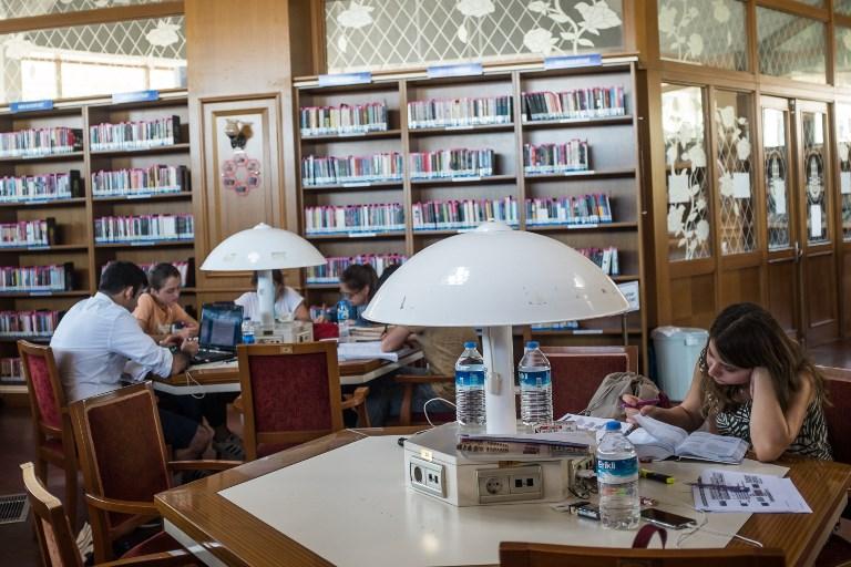 Etudiants dans une bibliothèque d'Istanbul, le 8 septembre 2017. (Crédit : Yasin Akgul/AFP)
