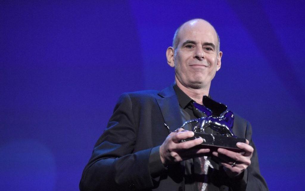 """Samuel Maoz récompensé par le Lion d'argent du Grand prix du jury de la Mostra de Venise pour son film """"Foxtrot"""", à Venise, le 9 septembre 2017. (Crédit : Tiziana Fabi/AFP)"""