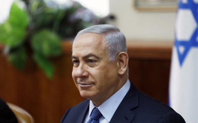 Le Premier ministre Benjamin Netanyahu pendant la réunion hebdomadaire du cabinet dans ses bureaux de Jérusalem, le 10 septembre 2017. (Crédit : Ronen Zvulun/AFP/Pool)