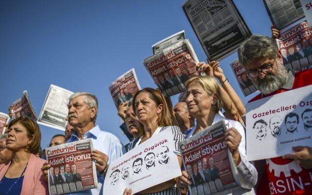 Manifestation de soutien aux journalistes du quotidien turc d'opposition Cumhuriyet, à Istanbul, le 11 septembre 2017. (Crédit : Ozan Kose/AFP)